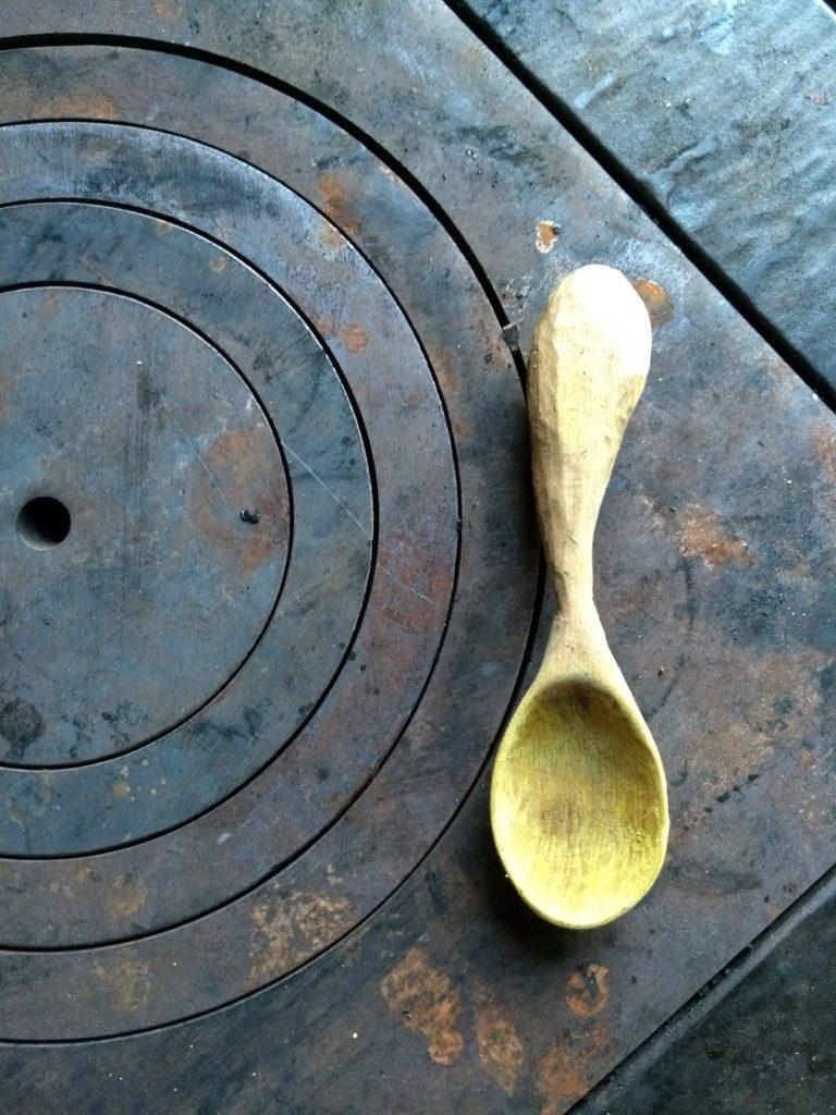 Read more about the article Construire une cuillière à partir d'une… bûche
